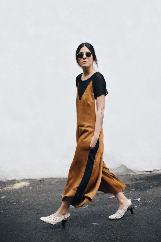 С чем носить коричневое платье