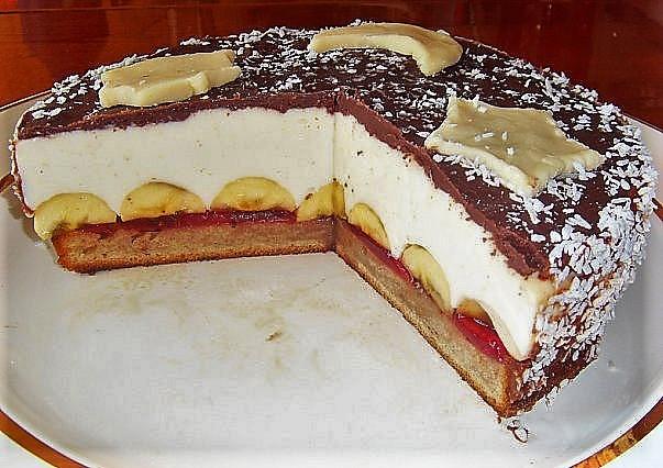 Украшение праздничного торта бананами